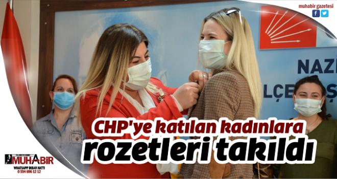CHP'ye katılan kadınlara rozetleri takıldı