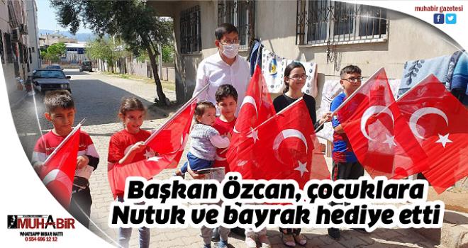 Başkan Özcan, çocuklara Nutuk ve bayrak hediye etti